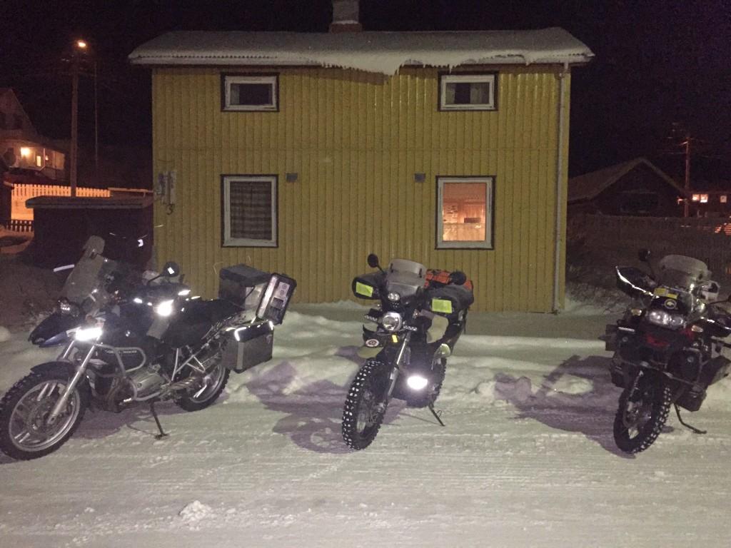 Pyörät parkissa Pykeijässä, takana Johannan Talo.