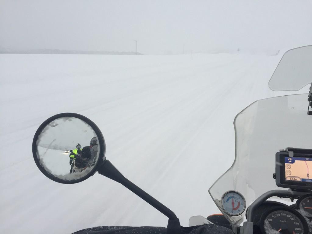 Uskotko, että edessäni on valtatie E6? Tuuli noin 14 metriä sekunnissa ja lunta tulee vaakasuoraan.