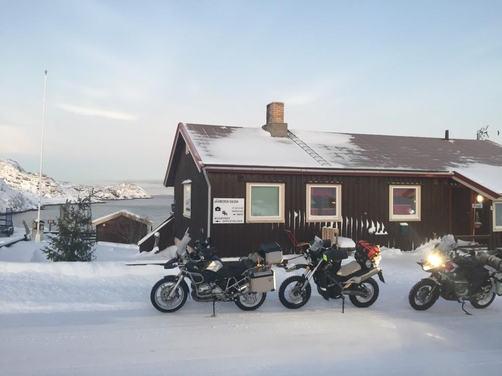 Parkissa todellisen matkailukeskuksen edessä eli Bugøynes Opplevelser AS sekä legendaarinen Jäämeren sauna.