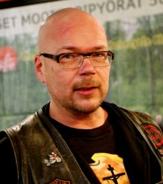 Tommi Lindström ajoi moottoripyörällä myös Helsingin moottoripyörämessuille.